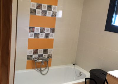 Baño con toque de color naranja