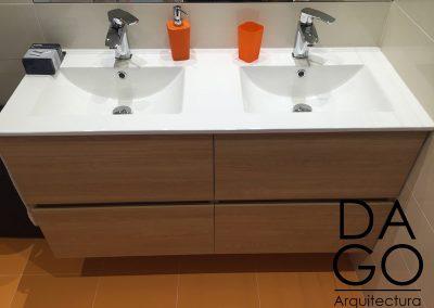 Baño con toque de color naranja